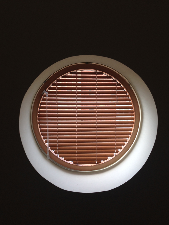 Round venetian blinds